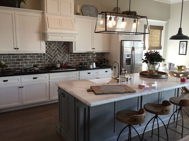 Large kitchen to entertain with plenty of space at the island and kitchen table.