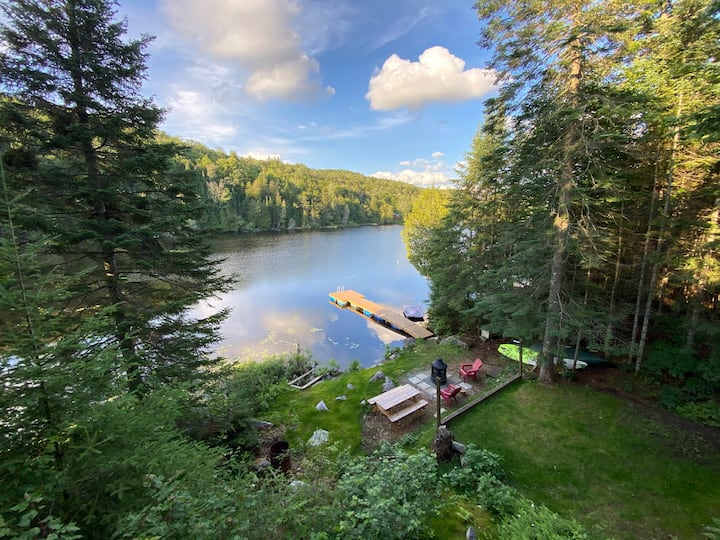 Cozy & private lakefront chalet in the Laurentians