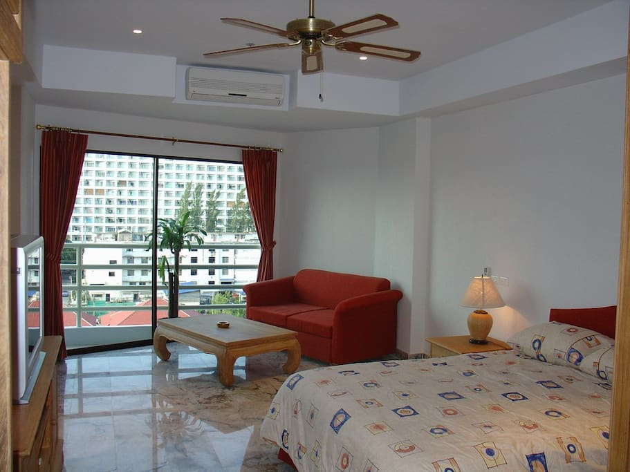 "3D Air conditioning. comfortable studio room with wonderful views of Ko Larn Island and the surrounding countryside. Including Free Wi-Fi Internet a 32"" LED flat screen TV with sound system and Blu-Ray DVD/CD player."