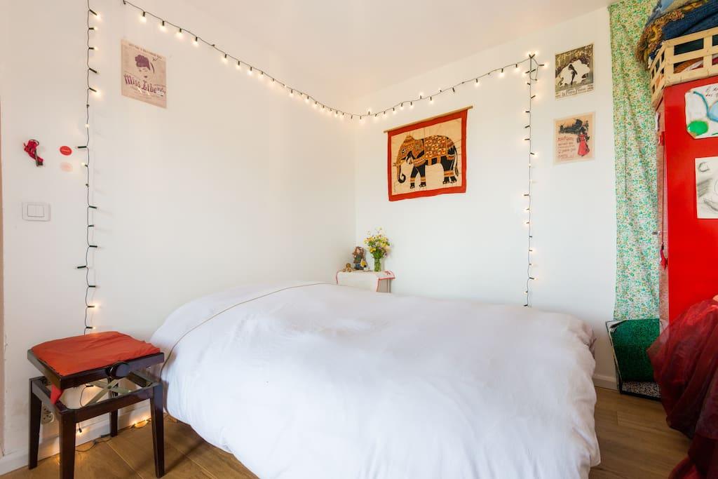 the bedroom and its comfy bed, I just got a new mattress! (sept 2017)