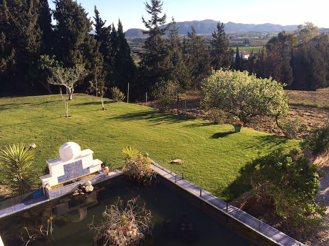 uitzicht op de perenboomgaard waar natuurlijk uit geplukt mag worden.
