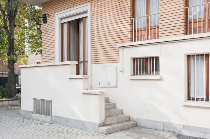 Dalla cucina/zona pranzo si può' accedere direttamente al cortile con posto auto.