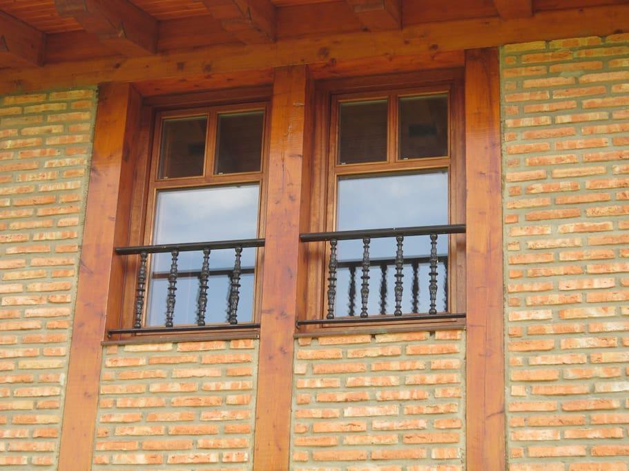 Típica fachada de madera y ladrillo caravista.