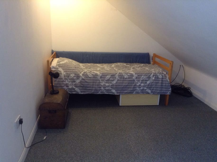 Single bed around the corner