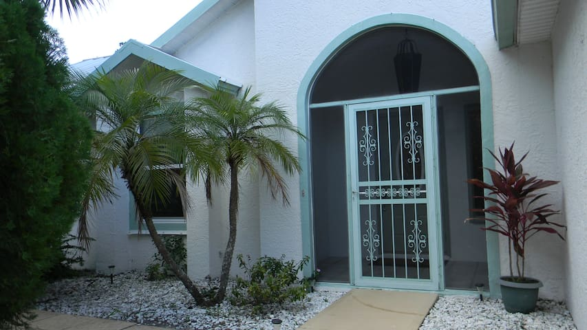 Beautiful 3 Bedroom Home with Spa Tub. - Palm Bay - Hus