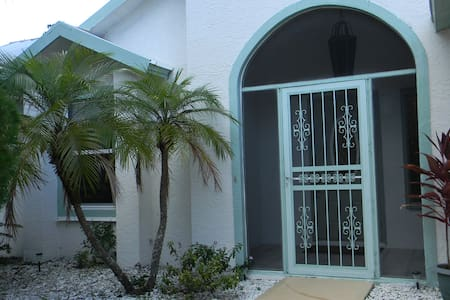 Beautiful 3 Bedroom Home with Spa Tub. - Palm Bay - House