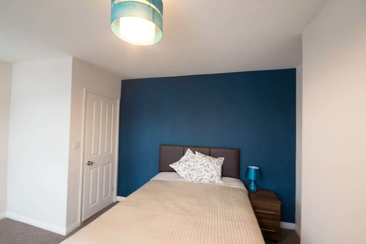 Lovely double bedroom a short walk from the beach