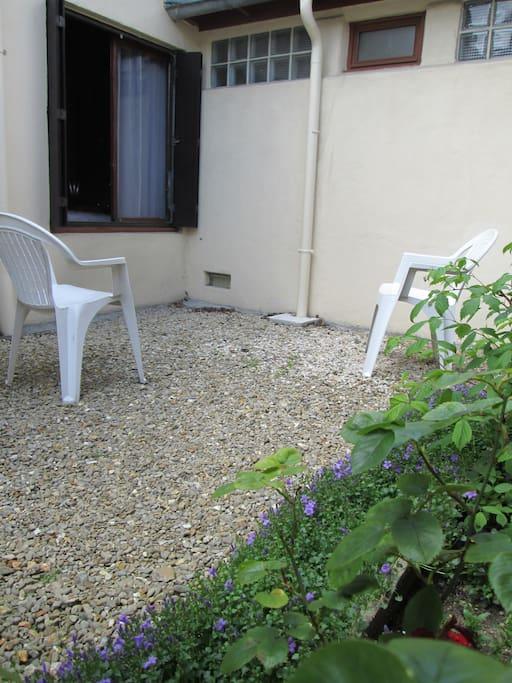 cour et jardinet au calme côté fenêtre chambre/salle de bain