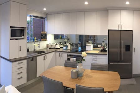 Spacious modern 2 bed apartment - 10min to city - Wollstonecraft - Appartement