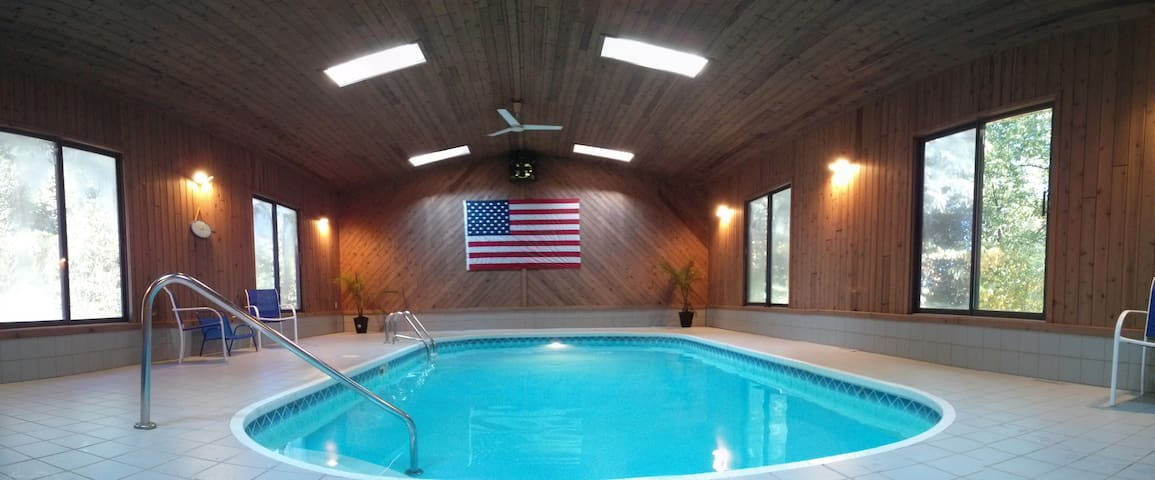 Privacy, Indoor Pool, Sauna & California King Bed!