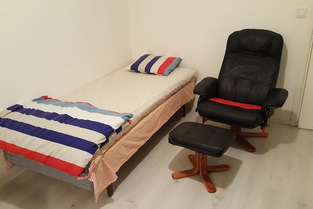 Sleeping arrangement and comfort sofa for a Single person.