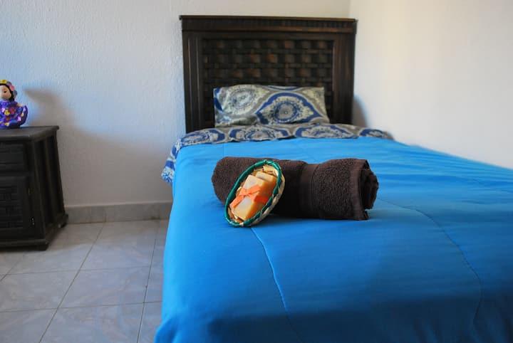 Cama en dormitorio con terraza. EL CHILE MEXICANO