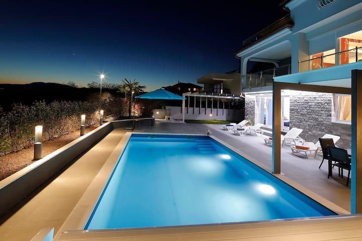 Beachfront Luxury house, salty water heated pool