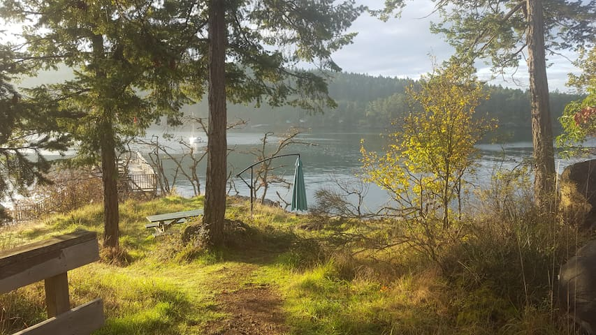Pender Island cottage for 6, pool, no car needed!