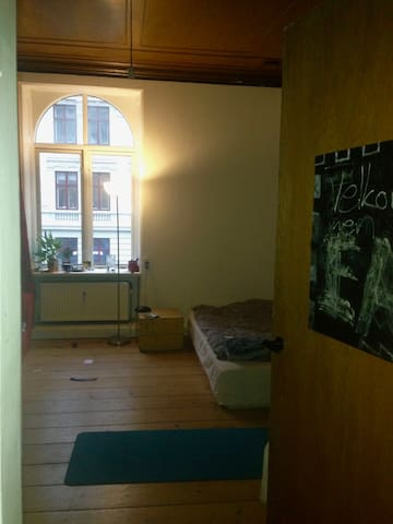 Very central huge flat w big room for rent