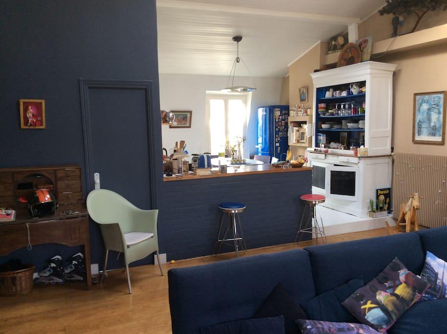 chambres d 39 h te place voltaire avec petit dejeuner appartements louer paris le de france. Black Bedroom Furniture Sets. Home Design Ideas