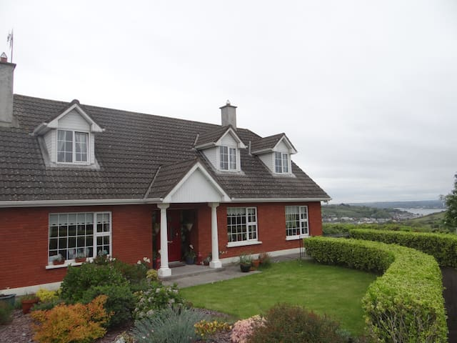 Overlooking upper Cork Harbour, - Cobh - Rumah