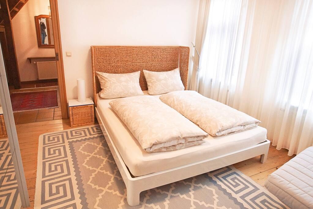 Abgeschlossenes Schlafzimmer mit Doppelbett 180 cm breit 1 Spiegelschiebetür-Schrank 2 Fenster ( 3 fach Verglasung) zur ruhigen Straßenseite hin