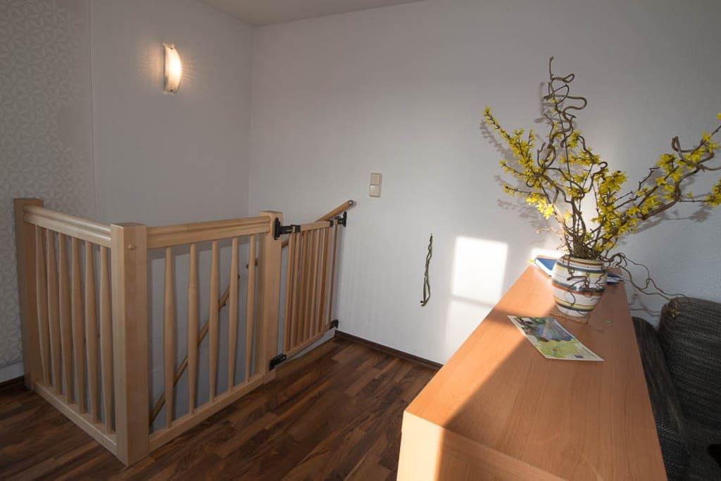 Treppenabgang zum Schlazimmer mit Schutztür für Kleinkinder