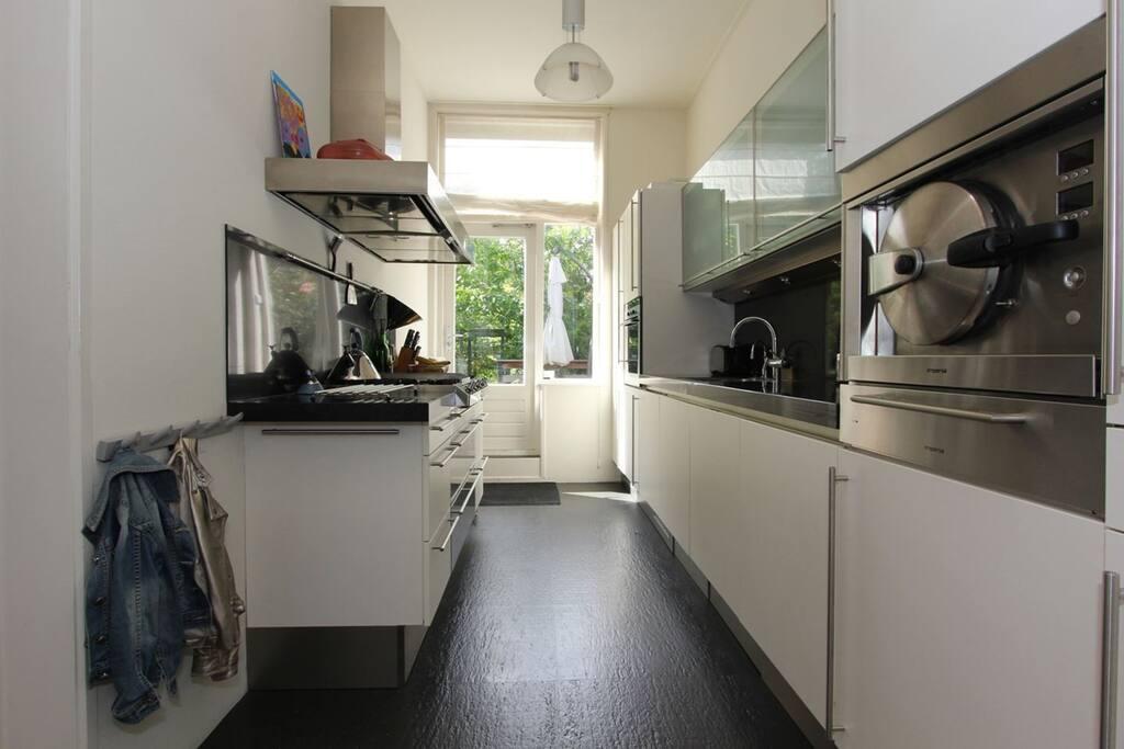 Compleet ingerichte moderne keuken op de eerste verdieping
