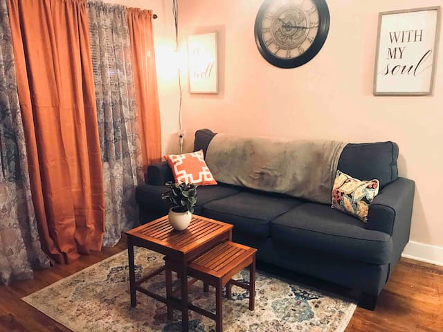 10 minutes from Downtown! Sleeps 2-4!