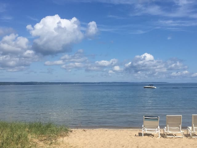 Cottage #1 on West Bay beach near downtown! - Traverse City - Haus