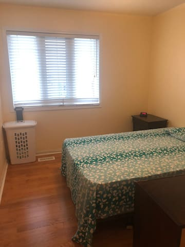 Beautiful , bright room in Toronto for rent .