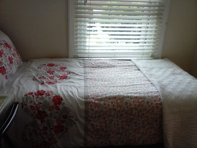 Cosy Room with Single bed. Close to Ashf Int'L.