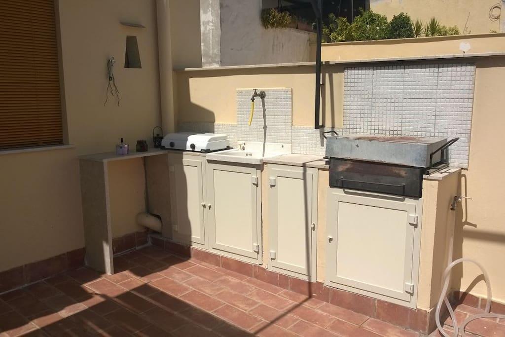 cucina esterna con barbecue terrazza principale