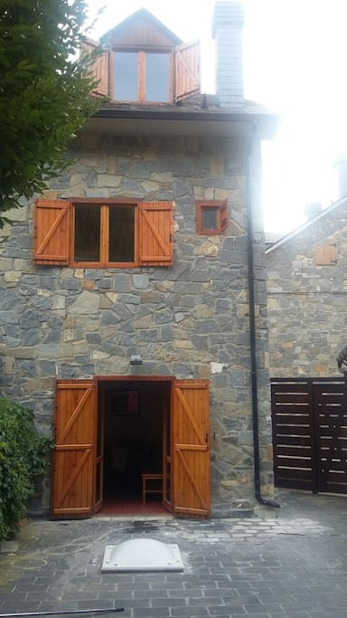 Fachada hacia la terraza , la terraza tiene acceso directo a la calle por la puerta marrón de la valla