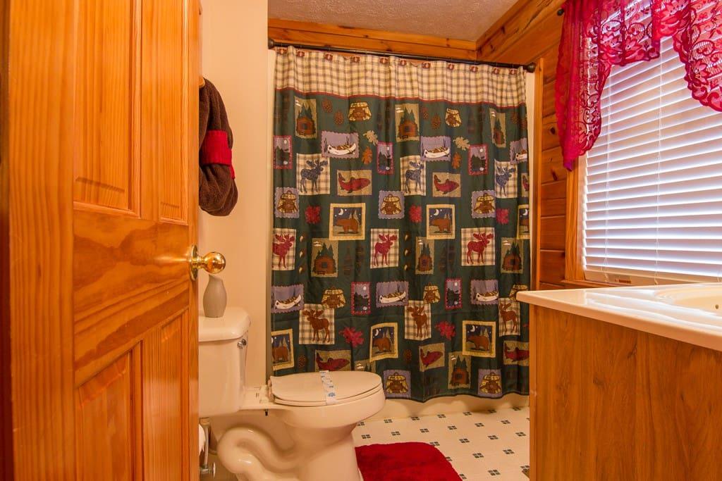 Main Floor Bathroom.. Tub/Shower Combo
