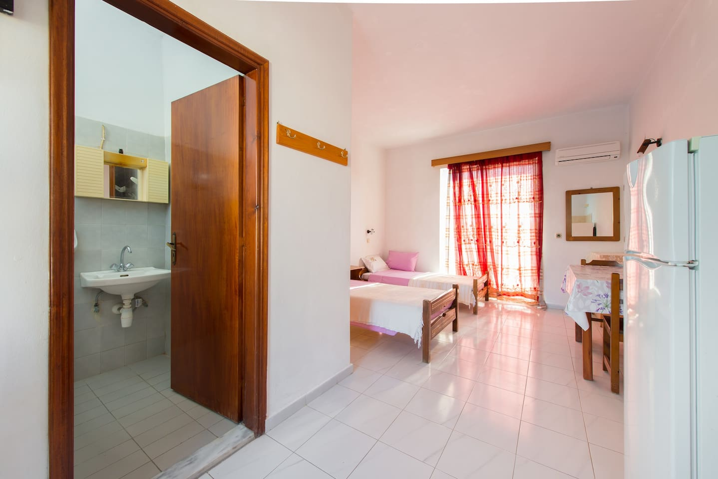 Two single bed airconditioned studio with cooker, kettle, fridge, shower and TV, very close to Kremasti centre and beach