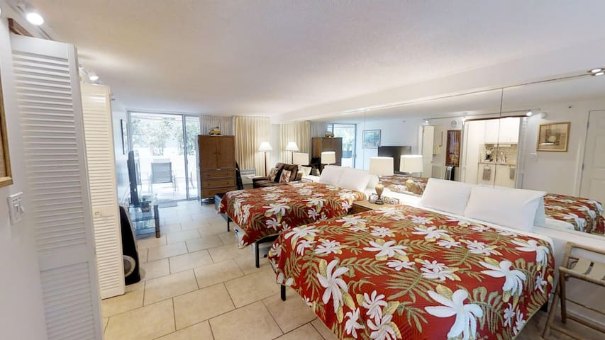 4 Guest Diamond Head Beach Patio Suite - No Tax