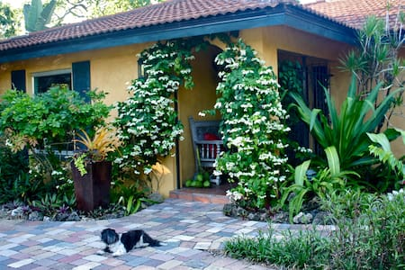 SECRET GARDEN PARADISE & BIKE TO BEACH ONE MILE! - Naples