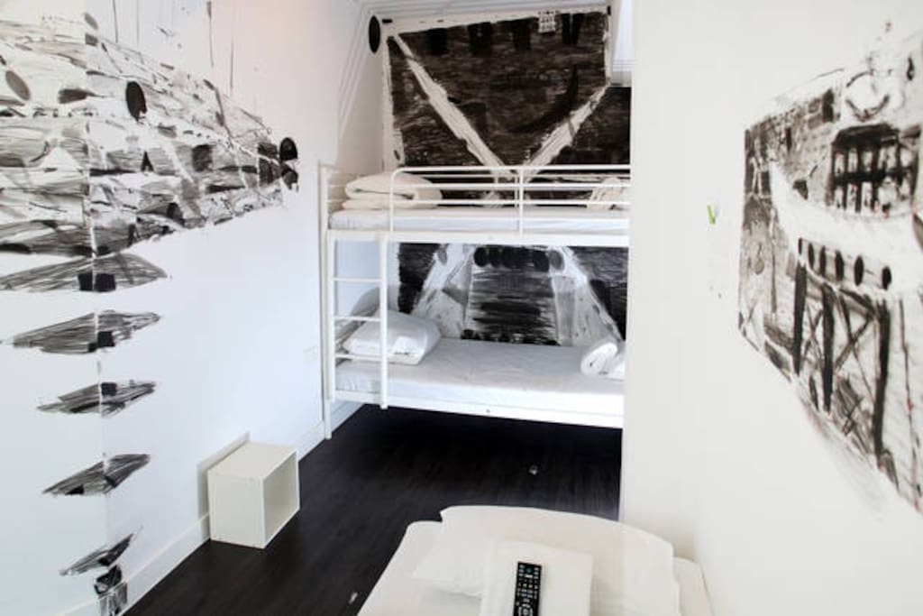 Black & white triple (bunk) room