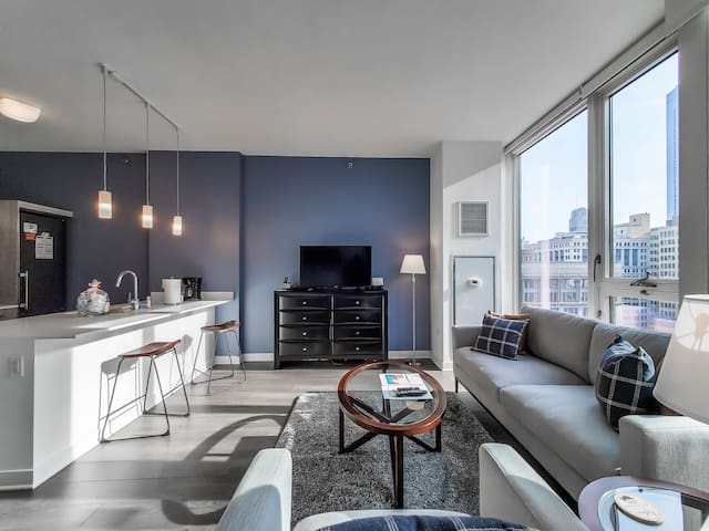 Suite Home: Convertible in the heart of the Loop!