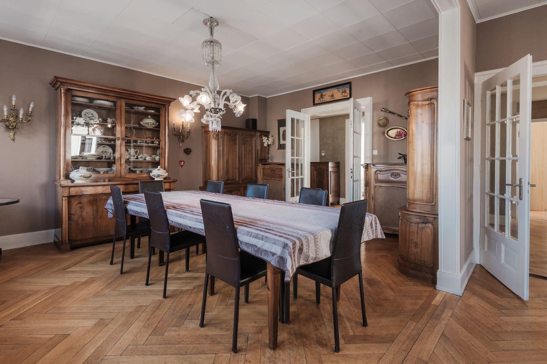 Grand salon avec grande  table extensible et lustre Baccarat.