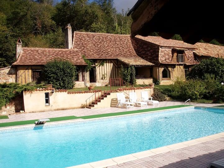 Maison périgourdine, piscine,tennis,étang de pêche