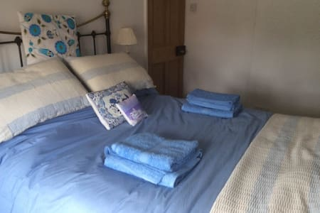 Double Room with B/Room in North Lincs village - Apartment