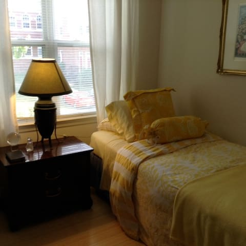 Charming sunny bedroom with desk near Metro/Mall Y