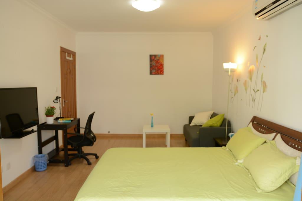 房间宽敞明亮, 采光极好, 超大阳台更 增强了房间的空间感