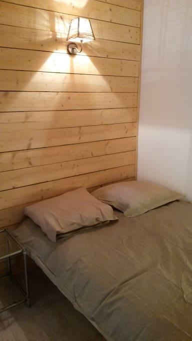 un lit 2 places confortable avec lumières douces