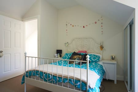 BEAUTIFUL DOUBLE ROOM IN NEWTOWN - House