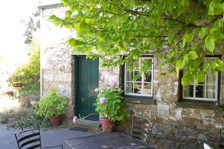 1830's stone cottage - sleeps five - Risdon - Bed & Breakfast