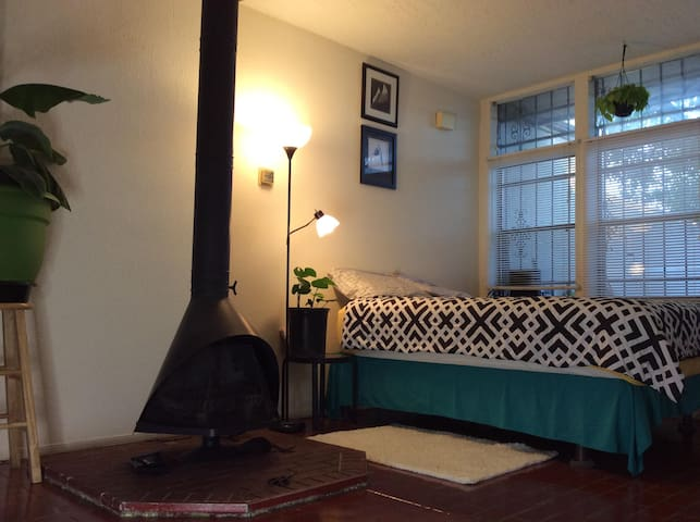 secluded ,entire studio,(UNM, Airport, NobHill)