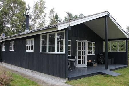 Sommerhus på dejlig natur grund