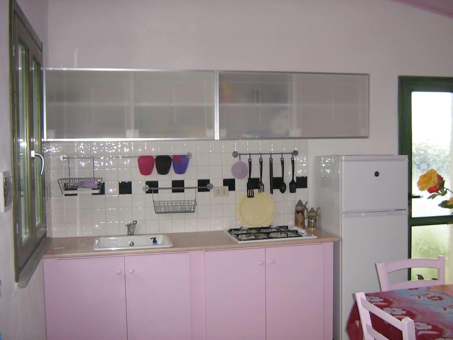 Cucina soggiorno interamente arredata dotata di tutti i comfort con piatti, padelle posate il tutto nuovo. Forno a microonde, tv , zanzariere su ogni finestra. Ventole in ogni stanza.