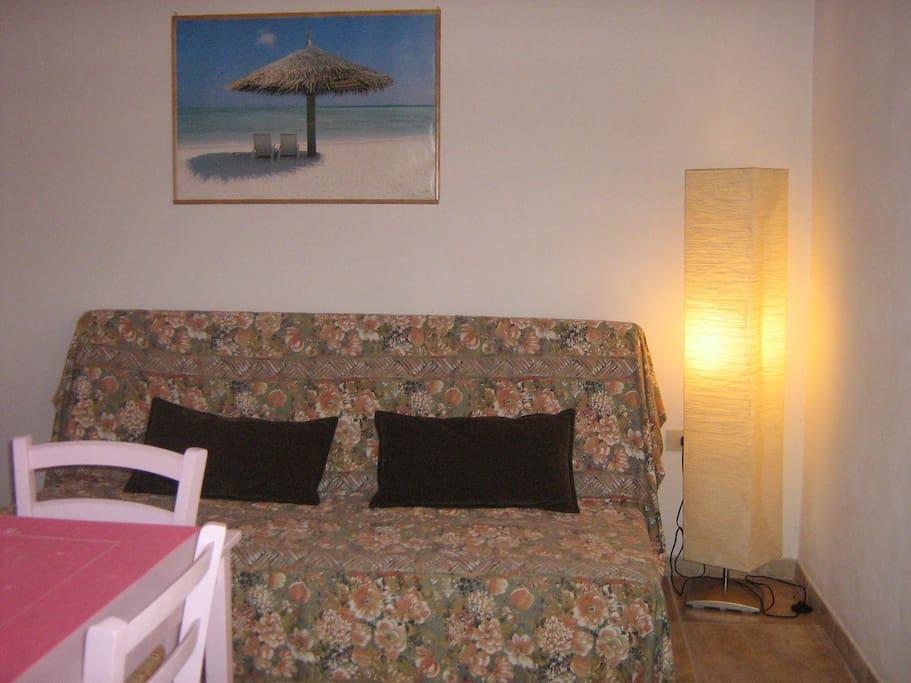 Nella cucina soggiorno si trova ampio divano letto 2  posti.