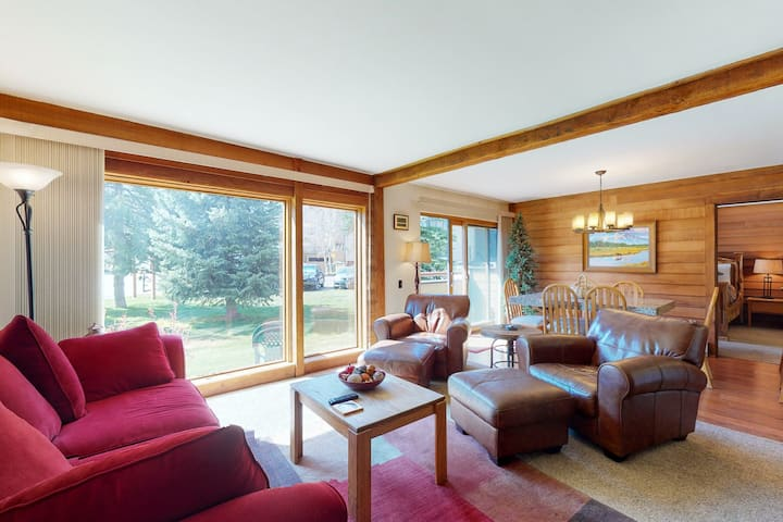 Mountainside Home w/ Free WiFi & a Full Kitchen plus a Shared Hot Tub