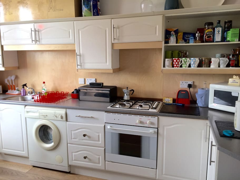 Gas hob, electric oven, microwave and  washing machine with laundry powder supplied. You'll find a fresh loaf and some goodies in the bread bin too.